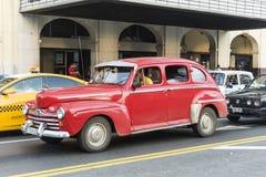 Taxi rosso 40s Avana di Ford Fotografia Stock
