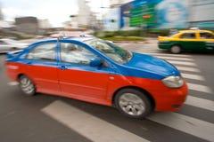 Taxi rápido en tráfico de ciudad Fotos de archivo libres de regalías