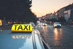 Taxi samochód na miasto ulicie Obrazy Royalty Free