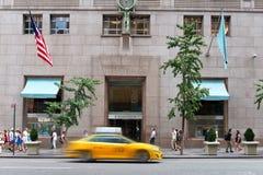 Taxi som kör förgångna Tiffany och Co-lagret i NYC Fotografering för Bildbyråer