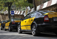 Taxi som parkeras i dagen på Parc Guell, Barcelona, Spanien Fotografering för Bildbyråer
