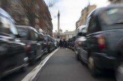 Taxi som protesterar mot Uber Arkivbild
