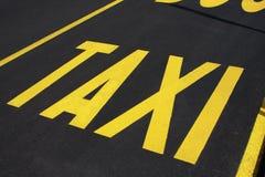 Taxi-Stoppschild auf der Straße Stockfotos