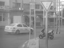 Taxi su una vecchia via a Tel Aviv Fotografie Stock Libere da Diritti