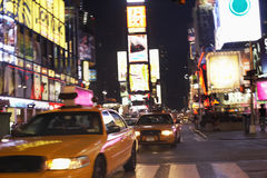 Taxi sulla via alla notte Fotografia Stock