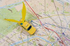 Taxi sur la carte de Paris La voiture s'envole, Kyiv, uA, 13 12 2017 Photos stock