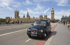 Taxi sur la passerelle de Westminster Photographie stock libre de droits
