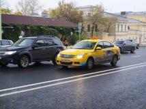Taxi sur la rue d'Ohotniy Riad Images libres de droits