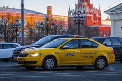 Taxi sur la rue de Moscou images libres de droits