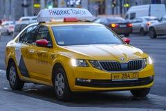 Taxi sur la rue de Moscou photographie stock