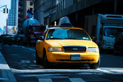 Taxi sur la rue de New York, Etats-Unis Photos stock