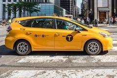 Taxi taksówki strona na przecinającym spacerze, fifth avenue, Miasto Nowy Jork Fotografia Stock