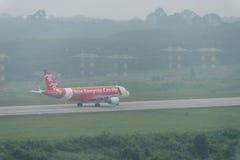 Taxi thaïlandais de ligne aérienne d'Air Asia en brume à l'aéroport de krabi Photo libre de droits