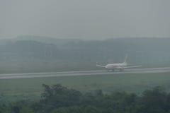 Taxi thaïlandais de ligne aérienne de Lion Air en brume à l'aéroport de krabi Images libres de droits