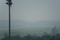 Taxi thaïlandais de ligne aérienne de Lion Air en brume à l'aéroport de krabi Photo libre de droits