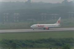 Taxi thaïlandais de ligne aérienne de Lion Air en brume à l'aéroport de krabi Image libre de droits