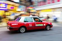 Taxi tipico in Hong Kong alla notte Fotografie Stock Libere da Diritti