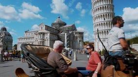 Taxi traído por caballo en el cuadrado de Miracoli en Pisa con la torre inclinada y la catedral - PISA TOSCANA ITALIA - 13 de sep almacen de metraje de vídeo