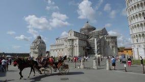 Taxi traído por caballo en el cuadrado de Miracoli en Pisa con la torre inclinada y la catedral - PISA TOSCANA ITALIA - 13 de sep metrajes