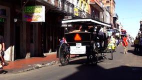 Taxi traído por caballo New Orleans Luisiana del barrio francés de New Orleans almacen de video