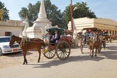 Taxi trainati da cavalli dei turisti in Bagan, Myanmar immagine stock libera da diritti