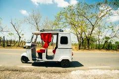 Taxi tuk-tuk na drodze w Azja fotografia royalty free