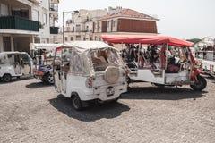 Taxi Tuk Tuk von Lissabon-Stand auf einem Stadtplatz Stockfotos