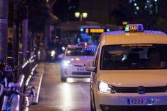 Taxi und Bus auf Weg der öffentlichen Transportmittel in Madrid, nachts Lizenzfreies Stockfoto