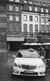 Taxi unter dem Regen, der für Passagiere waiing ist Stockfoto
