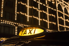 Taxi w Londyn przed centrum handlowym Obrazy Stock