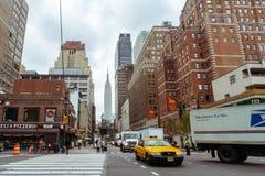 Taxi y gente amarillos en la calle de Nueva York fotografía de archivo