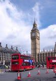 Taxi y omnibus en Londres Imagenes de archivo