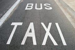 Taxi y ruta del autobús Imagenes de archivo