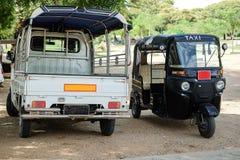 Taxiauto bij oude tempels en pagode in de Archeologische Streek, oriëntatiepunt en populair voor toeristische attracties en beste royalty-vrije stock fotografie
