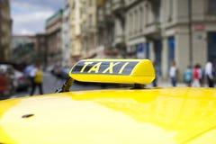 Taxiauto in der Stadtstraße Lizenzfreies Stockfoto