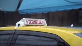 Taxiauto die onder Regen wachten stock video