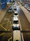 Taxiauto's die aankomstpassagiers in de luchthaven van Alicante wachten Royalty-vrije Stock Foto