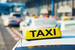 Taxiauto's op de straat stock afbeeldingen