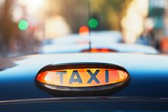 Taxiauto's op de straat stock foto
