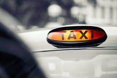 Taxiauto's op de straat stock fotografie
