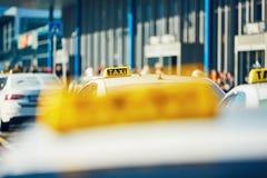 Taxiautos auf der Straße Lizenzfreies Stockfoto