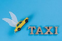 Taxibil med vingar Bilen av framtiden Royaltyfria Foton