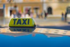 Taxibil på gatan arkivbilder