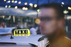 Taxibil på natten Royaltyfria Bilder