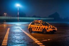 Taxibil som väntar i flygplats royaltyfria bilder