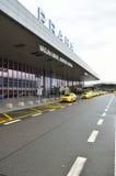 Taxibilar på Vaclav Havel Airport Prague Royaltyfri Fotografi