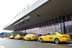 Taxibilar på Vaclav Havel Airport Prague Royaltyfri Bild