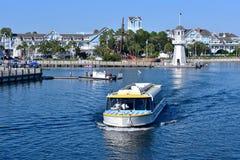 Taxiboot die op meer, met achtergrond van villa's, piraatschip en vuurtoren bij Meer Buen varen stock foto