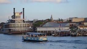 Taxiboot die op zonsondergangachtergrond bij het Uitzichtgebied van Meerbuena varen