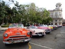 TAXICABRIOLETS I HAVANNACIGARREN, KUBA Royaltyfri Foto